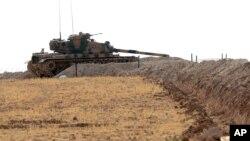Suriye sınırında bekleyen bir Türk tankı