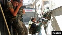 Thành viên của Quân đội Syria Tự do giao tranh với binh sĩ quân đội trong quận Saif al-Dawla của Aleppo