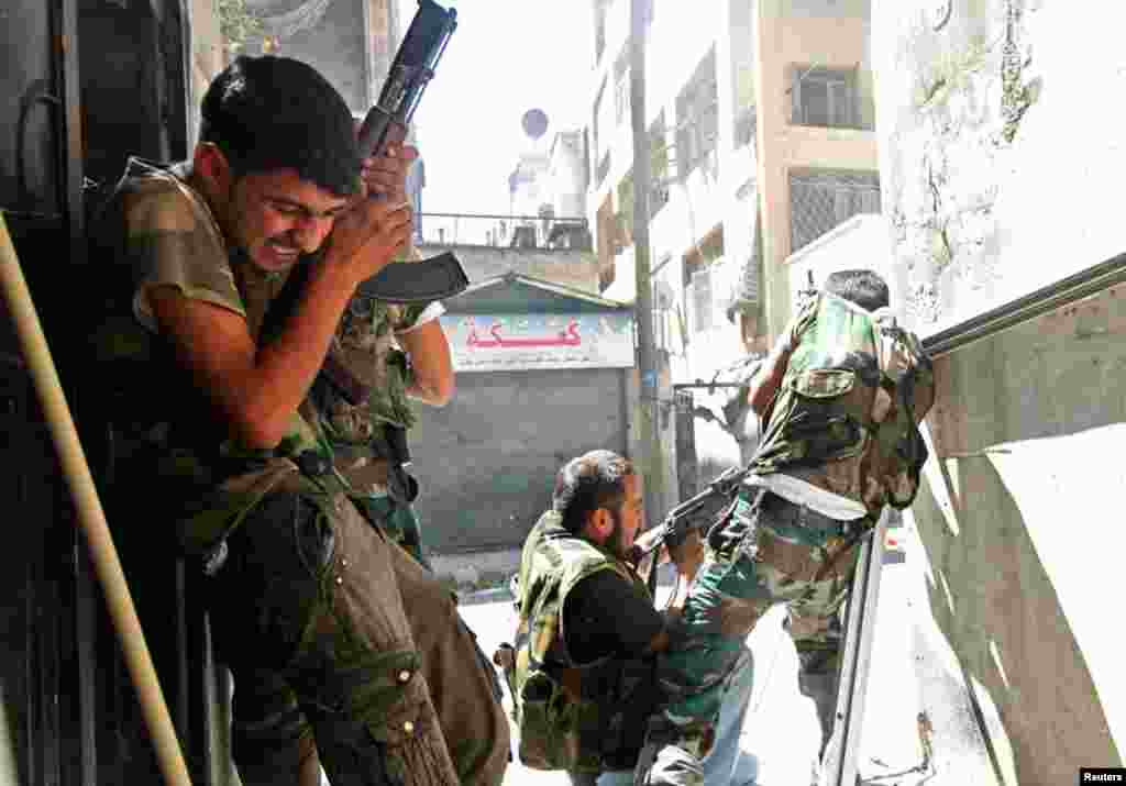 Members of the Free Syrian Army clash with Syrian army soldiers in Aleppo's Saif al-Dawla district, August 22, 2012.