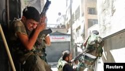 Borci Slobodne sirijske armije tokom sukoba sa snagama sirijske vlade u Alepu