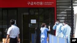 Para petugas rumah sakit memakai masker pencegah penyebaran virus MERS di Seoul, Korea Selatan (7/6). (AP/Ahn Young-joon)