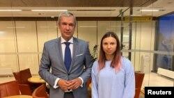 Nhân vật đối lập Belarus Pavel Latushka gặp vận động viên Krystsina Tsimanouskaya tại Warsaw, Ba Lan, 4/8/2021.