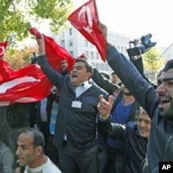 Tsoffin sojojin kasar Turkiyya su na zanga-zanga a kofar ofishin Frayim Minista Tayyip Erdogan don nuna rashin yarda da harin baya-bayan nan da Kurdawa 'yan tawayen PKK su ka kaiwa sojojin kasar ta Turkiyya.
