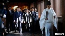 17일 참배를 위해 야스쿠니를 방문한 일본 초당파 의원 연맹에 속한 여야 의원들이 안내를 받고 있다.
