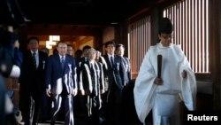 Một tu sĩ Thần đạo dẫn đầu một nhóm các nhà lập pháp khi vào đền thờ Thần đạo Yasukuni, 17/10/14