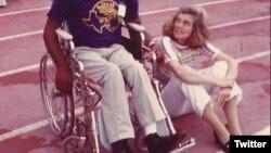 یونیس کندی شرایور (راست) خواهر رئیس جمهور کندی و بنیانگذار المپیک ویژه در کنار یک ورزشکار