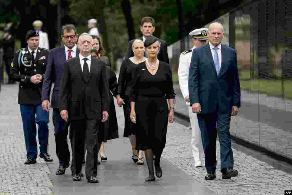 سیندی مک کین، همسر سناتور فقید جان مک کین به همراه جان کلی، رئیس کارکنان کاخ سفید و جیم متیس، وزیر دفاع آمریکا در مراسم یادبود جان مک کین در پایتخت آمریکا