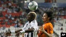 Mulota Kabangu du Mazembe dans un duel avec Braulio Luna de Pachuca en demi-finale