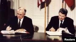 Михаил Горбачева и Рональд Рейган подписывают договор о ликвидации ракет средней и малой дальности. Белый дом, 8 декабря 1987.