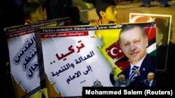 Erdoğan'ın yerel seçim galibiyetini kutlayanlar arasında Hamas'ın kontrolundaki Gazzeliler de bulunuyor. 31 Mart günü düzenlenen kutlamada Filistinli çocuğun taşıdığı Erdoğan posterinin altındaki küçük resimde Başbakan Erdoğan Hamas'ın siyasi liderlerinden İsmail Haniye'yle görülüyor