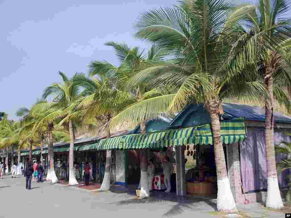 海南的旅游胜地三亚的一条街道