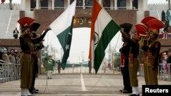 Солдаты индийских пограничных сил безопасности и Пакистанские рейнджеры.