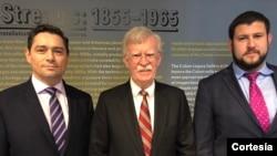 John Bolton, durante su paso por Miami, Florida, con líderes opositores venezolanos en el exilio, Carlos Vecchio y David Smolansky. Foto: Twitter.