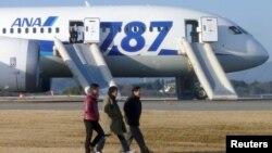 Passengers walk away from ANA's Boeing 787 Dreamliner plane after it made an emergency landing at Takamatsu airport, western Japan, Jan. 16, 2013.