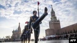 """星期三(11月7日)是俄羅斯""""十月革命""""101週年紀念日。莫斯科紅牆外軍隊正步操練。"""