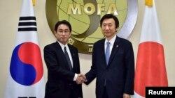 윤병세 한국 외교부 장관(오른쪽)과 기시다 후미오 일본 외무상. (자료사진)