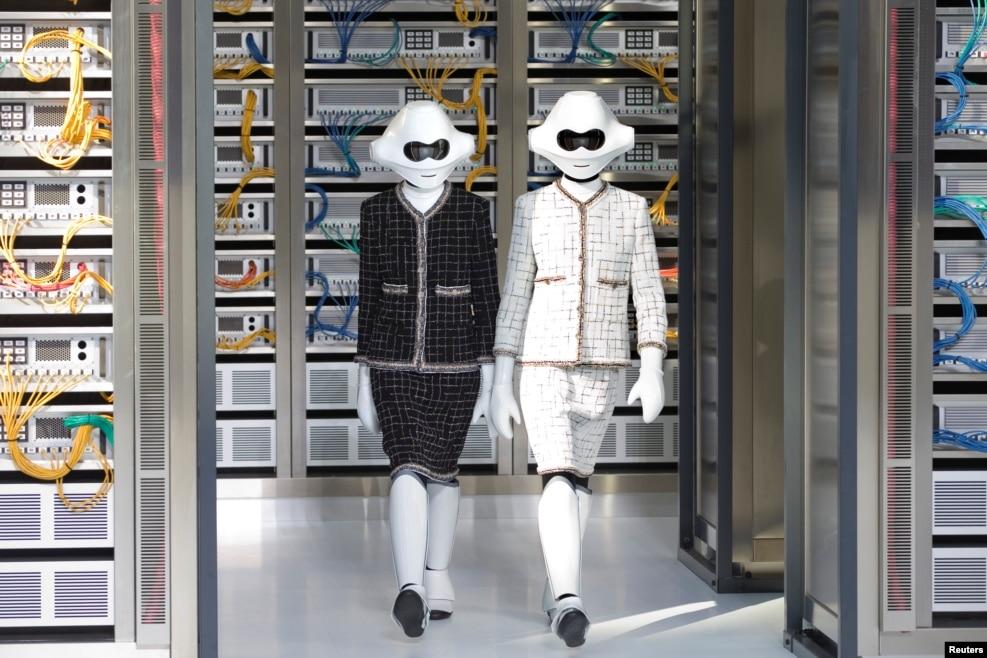 프랑스 파리에서 진행된 파리패션위크 모델들이 독일 디자이너 칼 라거펠트의 2017 봄/여름 여성 실용복 컬렉션을 선보이고 있다.