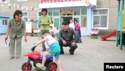 북한 김정은 국방위원회 제1위원장이 1일 '국제아동절'을 맞아 평양 애육원을 방문했다고, 조선중앙통신이 2일 보도했다.