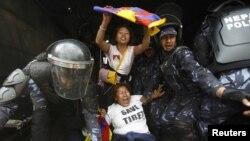지난달 10일 네팔 주재 중국 대사관 주변에서, 네팔 경찰들이 중국 정부에 항의하는 티베트 인권 운동가들을 연행하고 있다. (자료사진)