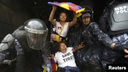 Cảnh sát Nepal bắt một nhà hoạt động Tây Tạng biểu tình gần Lãnh sự quán Trung Quốc ở Kathmandu, 20/3/14