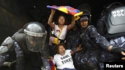 Polisi Nepal menangkap warga Tibet yang melakukan demonstrasi anti China di Katmandu Senin (10/3).