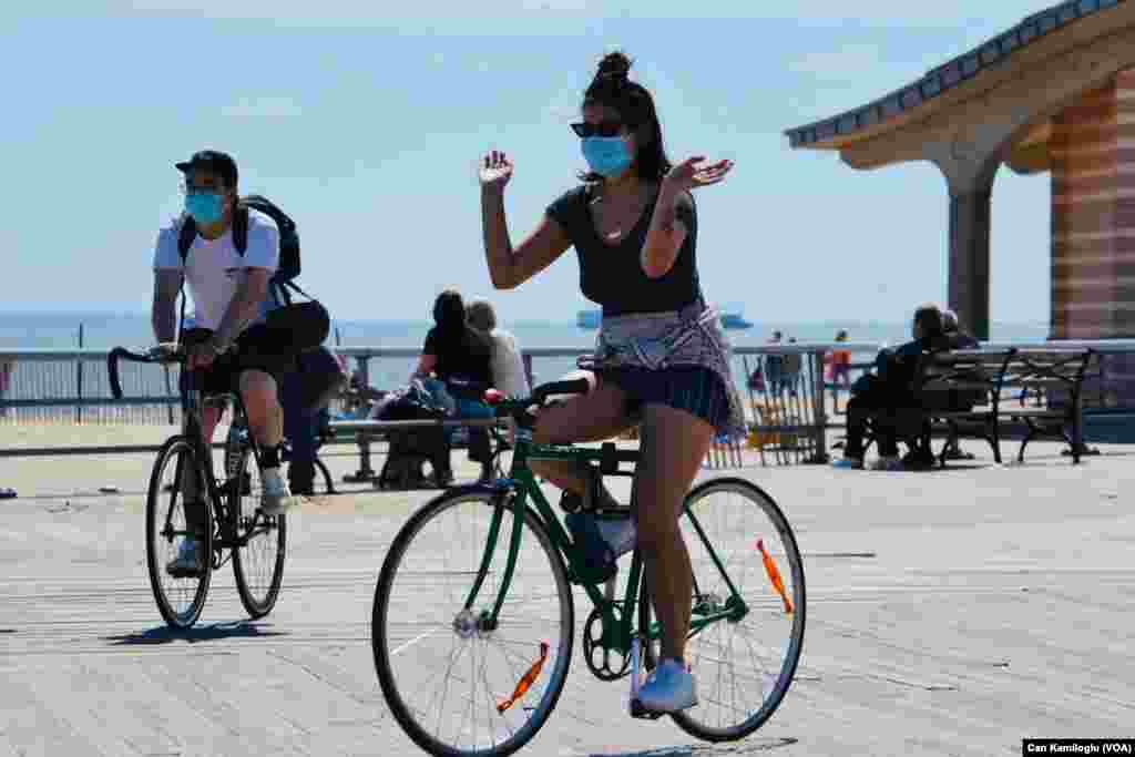 Havanın ısınmasını fırsat bilen New Yorklular plajlara akın etti