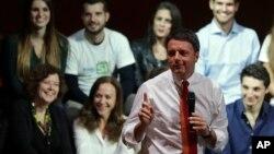 """Italijanski premijer Mateo Renci na skupu podrške opciji """"Da"""" na referendumu, Rim 26. novembar 2016."""