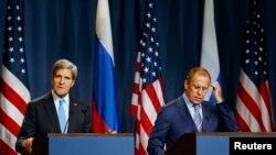 2013年9月12日美国国务卿克里(左)与俄罗斯外长拉夫罗夫(右)举行记者会