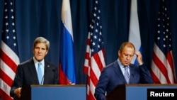 2013年9月12日美国国务卿克里(左)与俄罗斯外长拉夫罗夫(右)举行记者会的照片。