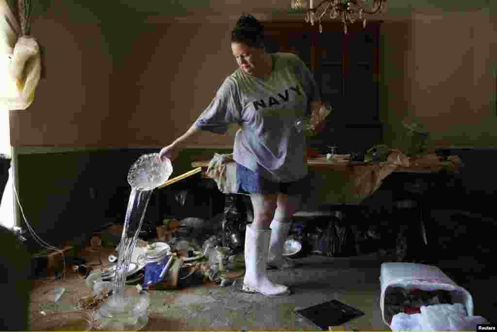 Marilyn Mays sèche sa vaisselle dans le salon de la maison de sa mère à Denham Springs, Louisiane, le 17 août 2016.