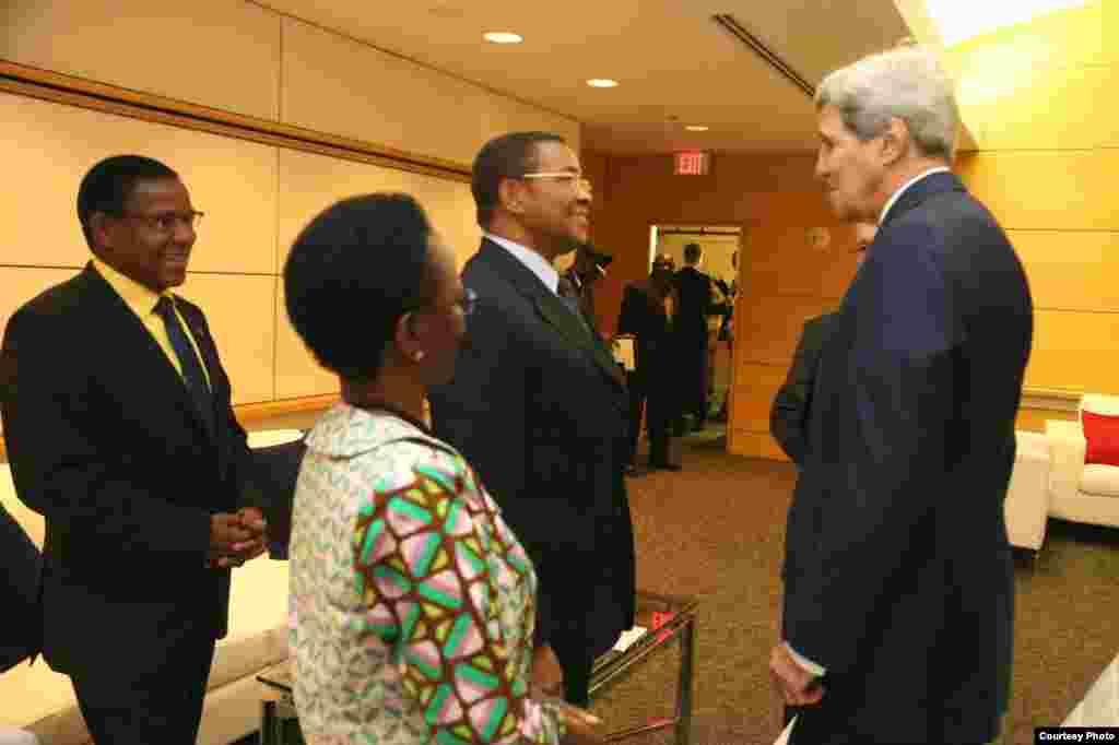 Rais Kikwete akizungumza na waziri Kerry wakati wa mkutano wa kupambana na umaskini