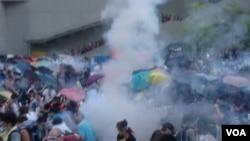 香港警方9月28日向金鐘示威者發射催淚彈(美國之音圖片/海彥拍攝)