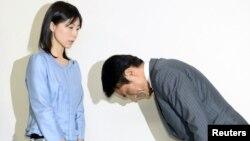 Anggota parlemen Tokyo Akihiro Suzuki (kanan) minta maaf kepada Ayaka Shiomura di Tokyo, Senin (23/6).
