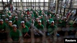 지난 7월 태국의 한 수용소에 버마 로힝야족 난민들이 라마단을 맞아 함께 기도를 하고 있다. (자료사진)