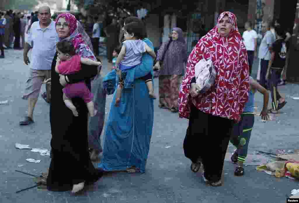 ہزاروں افراد کو غزہ کے مختلف مقامات سے نقل مکانی بھی کرنا پڑی۔