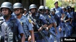 Des policiers anti-émeute patrouillent à l'Université de Johannesburg du Witwatersrand, Afrique du Sud, 11 octobre 2016.