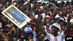 Les partisans de la coalition d'opposition Ensemble pour la démocratie et la souveraineté (EDS), brandissent une affiche de l'ancien président Gbagbo lors d'un rassemblement à Yopougon, Abidjan, le 28 juillet 2018.