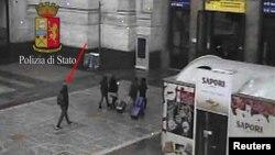 Foto de Anis Amri, el sospechoso del atentado en Berlín, caminando en Mil poco antes de ser abatido a tiros.