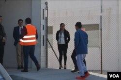 El primer hondureño deportado a Guatemala como parte de un acuerdo con EE.UU., es recibido el jueves en Ciudad Guatemala por autoridades aduanales. Foto: Eugenia Sagastume/VOA.