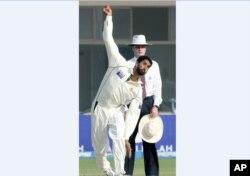 شبیر احمد ملتان میں انگلینڈ کے خلاف کھیلے جانے والے ٹیسٹ میں باؤلنگ کر رہے ہیں۔ 2005