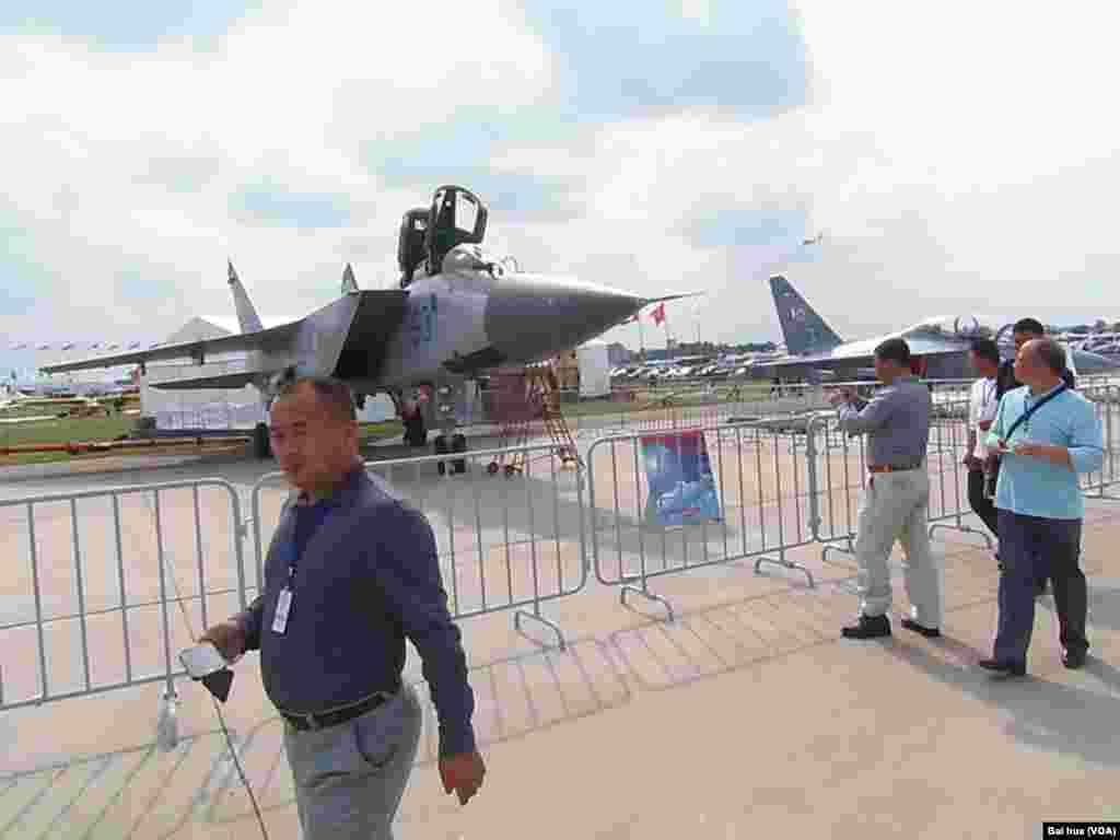 可用来攻击水面舰艇的米格-31BM战机(左)和雅克-130教练攻击机(右)