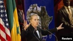 Hillary Clinton falando no Senegal onde esteve antes do Malawi
