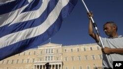 希臘民眾在國會前抗議財政緊縮政策。