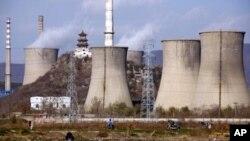 北京郊区一座火力发电站的烟囱11月22日在冒烟