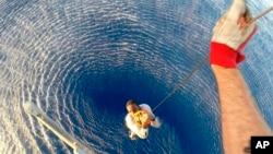 意大利發布的一張圖片顯示,8月12日一名地中海船民由意大利海軍救上一艘船上。