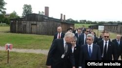 Imagem de arquivo do Presidente arménio Sargsyan de visita ao Museu Majdanek