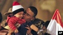 埃及军人站在军车上抱孩子庆祝胜利