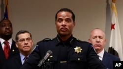 Sacramento Police Chief Daniel Hahn (C) flanked by California Attorney General Xavier Becerra (2nd-L), and Sacramento Mayor Darrell Steinberg (R) announced that he has asked Becerra's office to be part of an independent investigation of the shooting death of Stephon Clark by two Sacramento Police officers, March 27, 2018, in Sacramento, Calif.