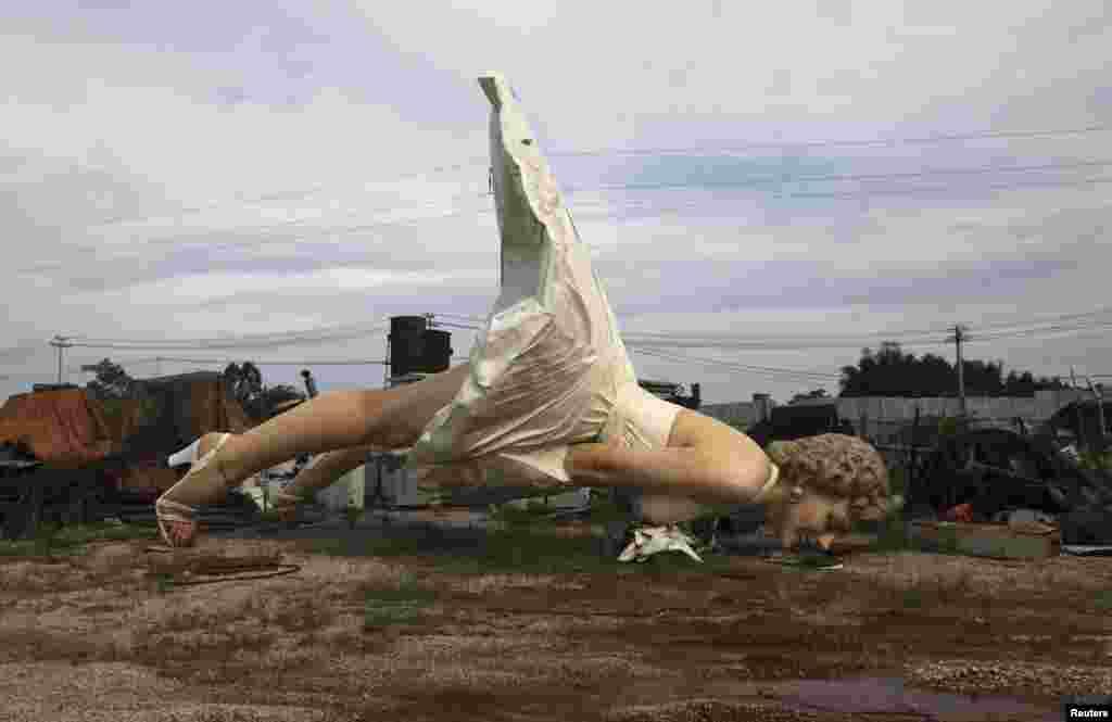 Sebuah patung raksasa Marilyn Monroe setinggi 8 meter terlihat di sebuah pabrik daur ulang sampah di Guigang, Guangxi Zhuang, China.