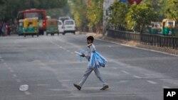 Anak laki-laki berjualan pesawat mainan di jalanan India. (Foto: dok.)